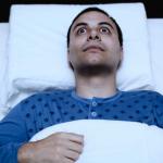 手足が熱い原因は?病気?眠いのに寝れない夜を乗り越えるコツ